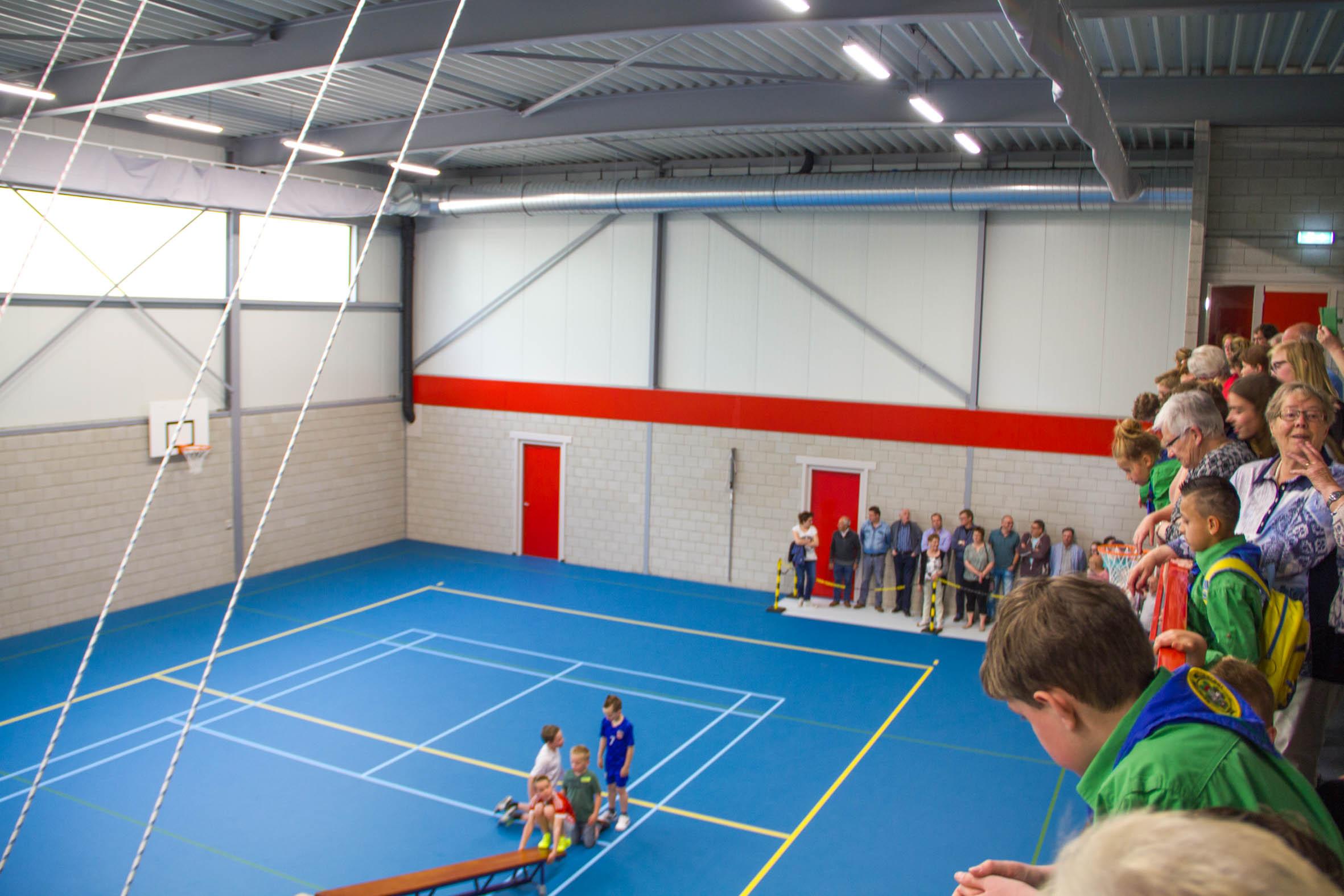 De bezoekers bekijken de nieuwe Sportzaal