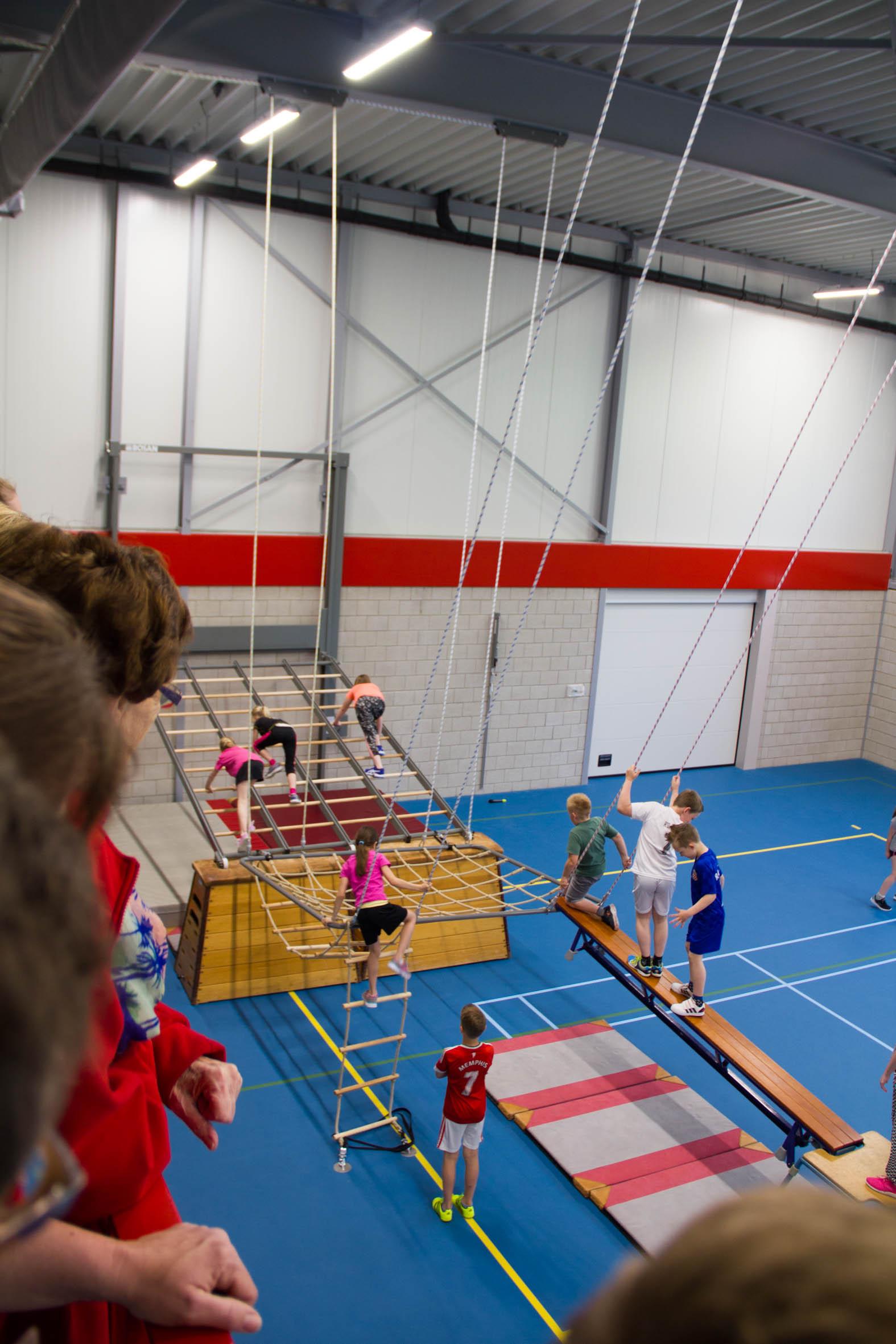 De basisschool geeft een demonstratie met de nieuwe klimnetten en wandrek