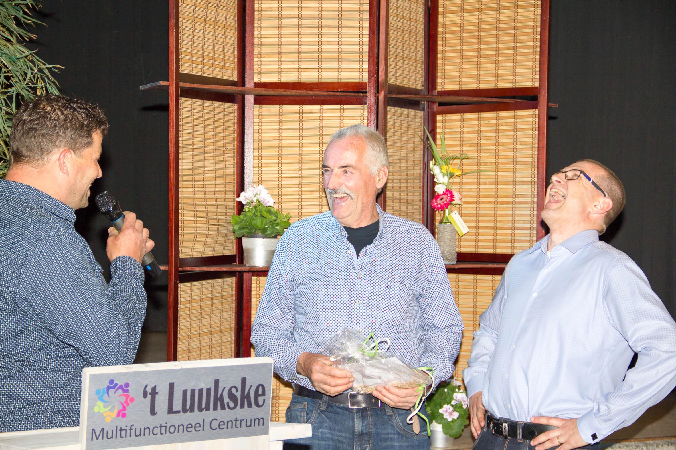 Sjaak en Maurice ontvangen een dinerbon voor hun inzet vanuit het bestuur