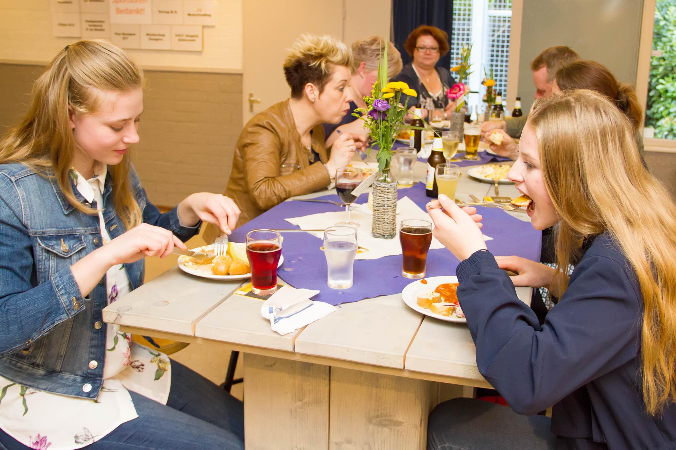 De 85 aanwezige vrijwilligers genieten van het heerlijke eten
