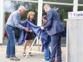 Sjaak en Maurice onthullen een plaquette die wordt aangeboden door de Wellerlooise Post